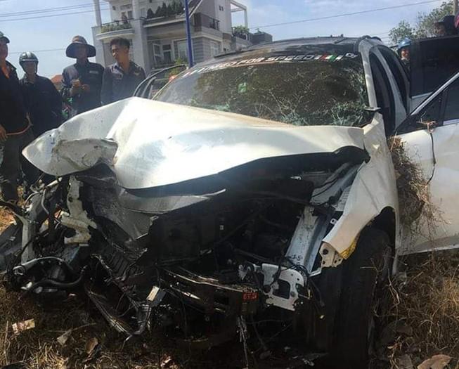 Hai ô tô lao vào lề đường ở Bình Dương, 1 người chết