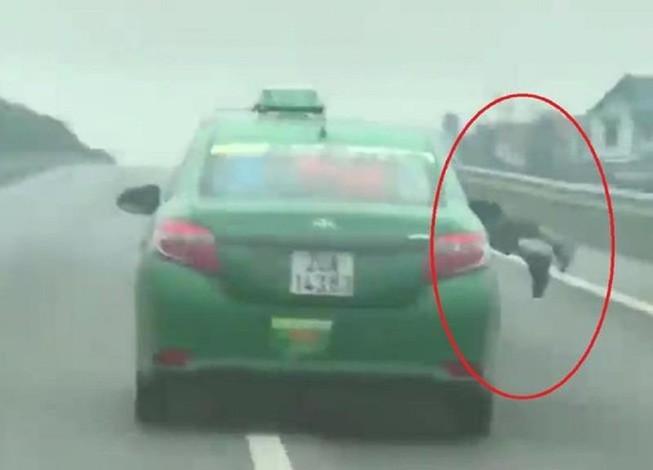 Đề nghị truy tố tài xế taxi hất cảnh sát lên xe tội giết người