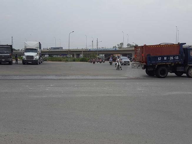 Hàng loạt xe container dừng đỗ ở vòng xoay Phú Hữu