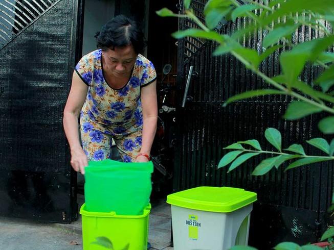 Phường đến tận nhà phát túi rác cho dân