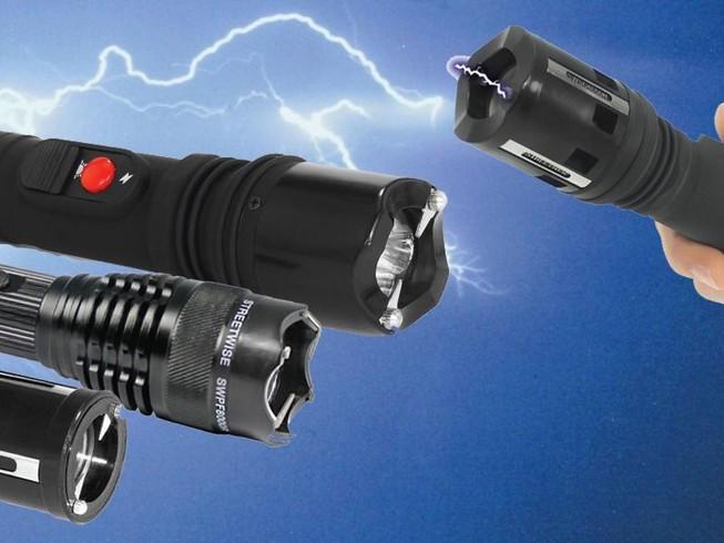 Có được tự ý sử dụng đèn pin phóng điện tự vệ?