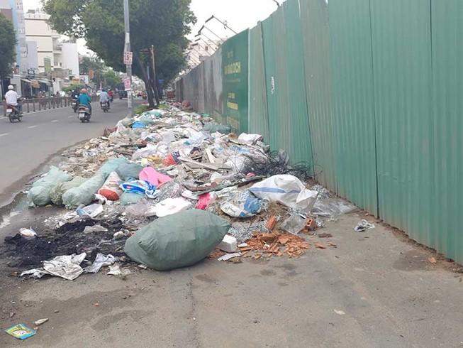 Đường Phan Văn Trị có bãi rác lớn