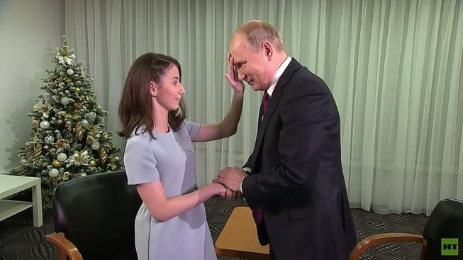 Cô gái Regina Parpieva sờ mặt Tổng thống Putin. Ảnh: RT