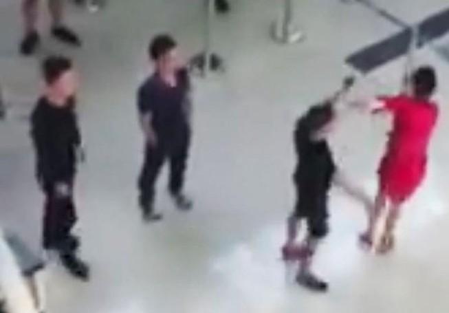 Một nhân viên an ninh hàng không bị taxi dù đánh nhập viện
