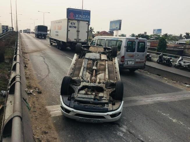 Xe tải húc xế hộp lật ngửa tại Thủ Đức
