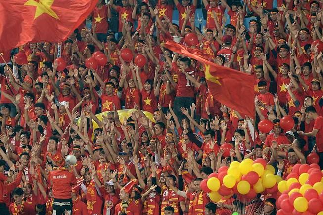 CĐV Việt Nam nhuộm đỏ sân vận động quốc gia Lào
