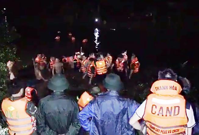 Xe máy tống 4 lao xuống sông, 2 người tử vong