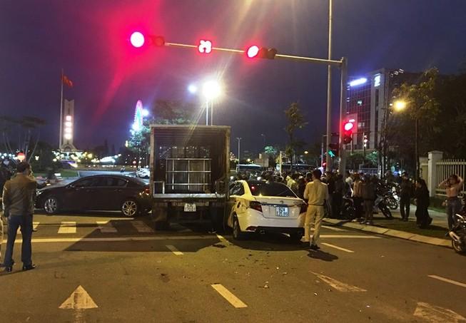 Xe tải lại húc văng nhiều xe đang dừng chờ đèn đỏ ở Đà Nẵng