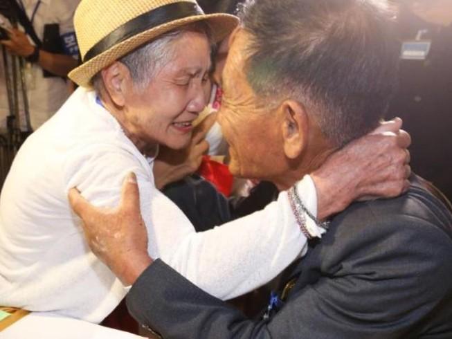Nam Bắc Triều Tiên: Nước mắt ngày gặp lại sau 68 năm