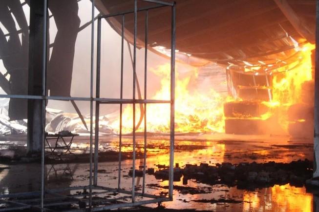 Biển lửa bao trùm công ty tại Bình Dương