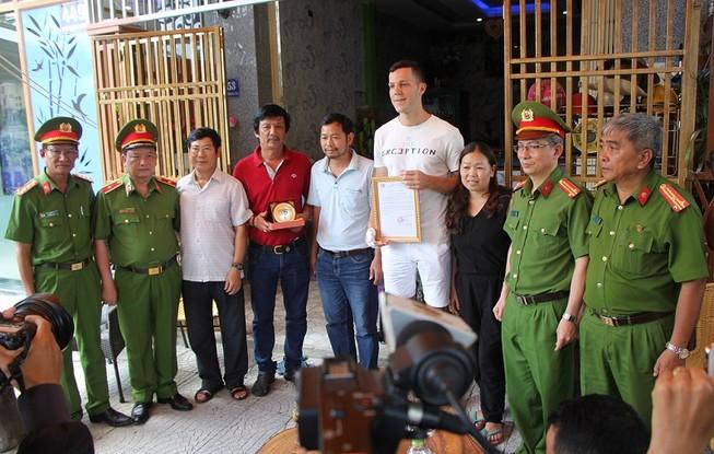 Bộ Công an tặng bằng khen hai ông Tây cứu trẻ trong đám cháy