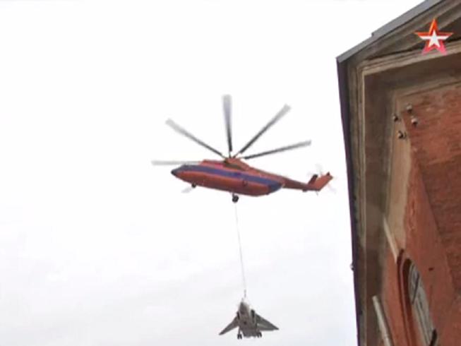 Trực thăng Nga cẩu máy bay 22 tấn vòng quanh St.Petersburg