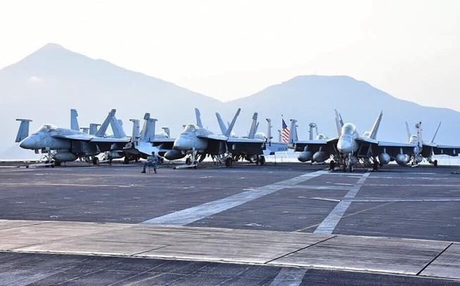 Cận cảnh 'hàng khủng' trên tàu sân bay Mỹ ở Đà Nẵng
