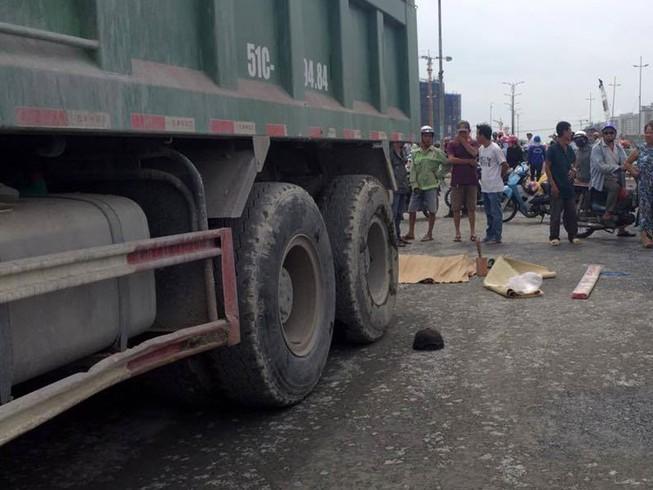 Nam công nhân chết thảm khi hướng dẫn xe ben chạy lùi