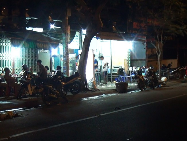 Thanh niên bị đánh gục trong quán hủ tiếu ở Bình Tân
