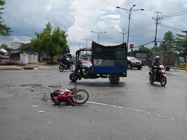 Tông xe máy vào ba gác, 3 thanh niên nhập viện