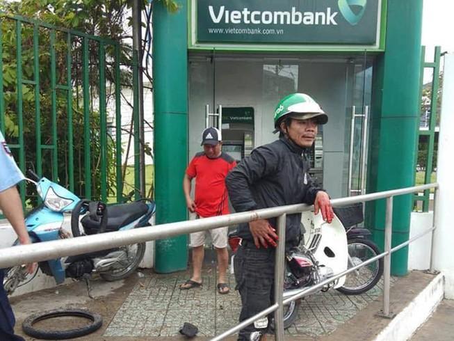Cảnh giác: Xát ớt vào mắt người rút tiền tại trụ ATM để cướp
