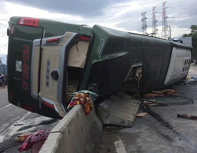 Xe khách lật ở Bình Thuận, nhiều người bị thương