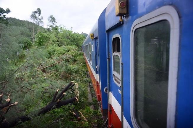 Bão số 10: Đường sắt dừng cả chục đoàn tàu