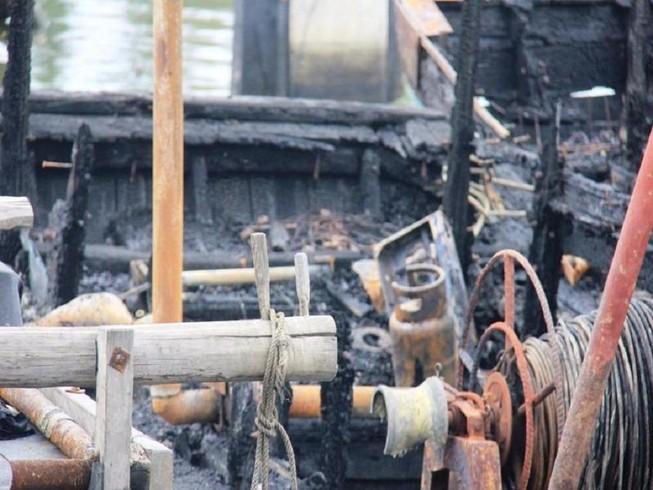 Chặt dây neo con tàu đang cháy ở cảng Sa Kỳ