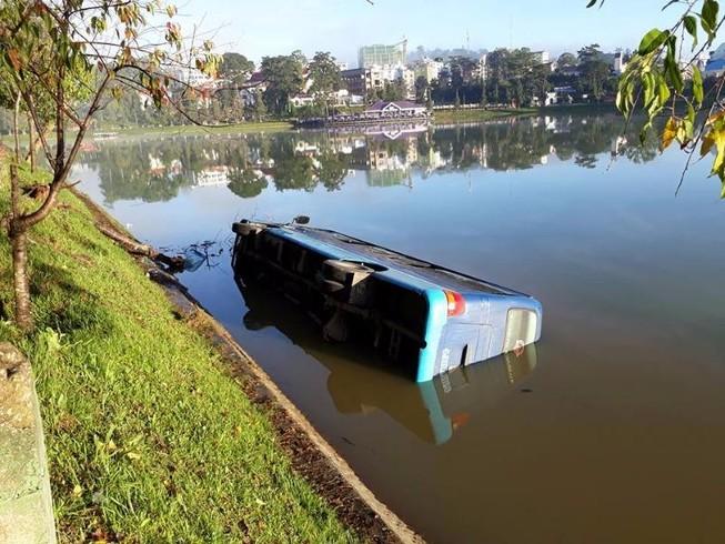 Tài xế buồn ngủ, xe khách lao xuống hồ Xuân Hương