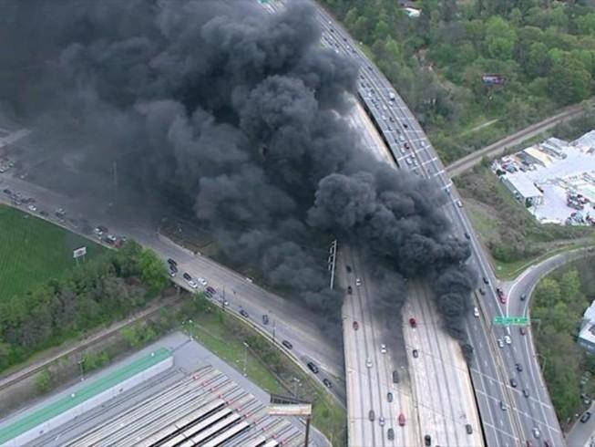 Cháy lớn làm sập đường cao tốc trên cao ở Mỹ
