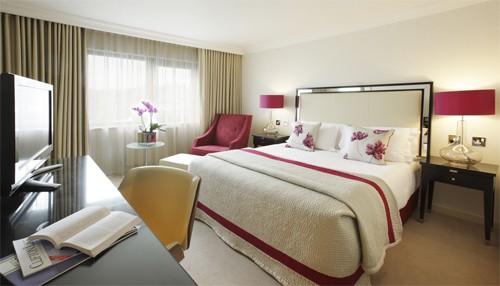 Vì sao giường ngủ nên đặt 4 gối như phòng khách sạn