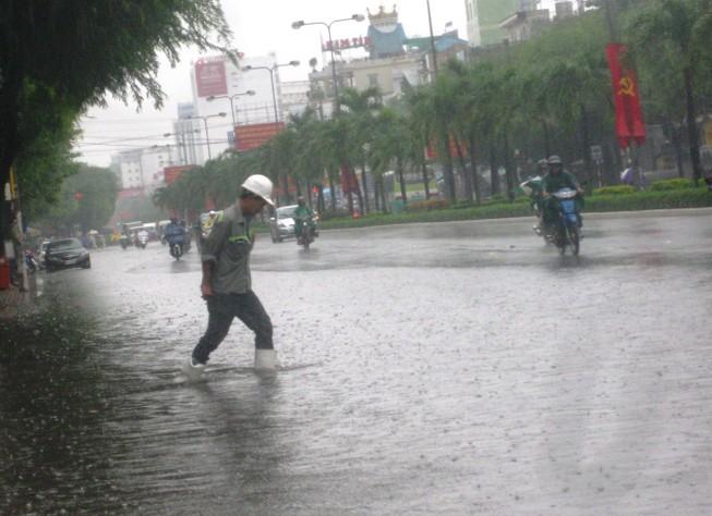 Cần Thơ mưa kéo dài, trung tâm thành phố ngập từ hẻm ra đường