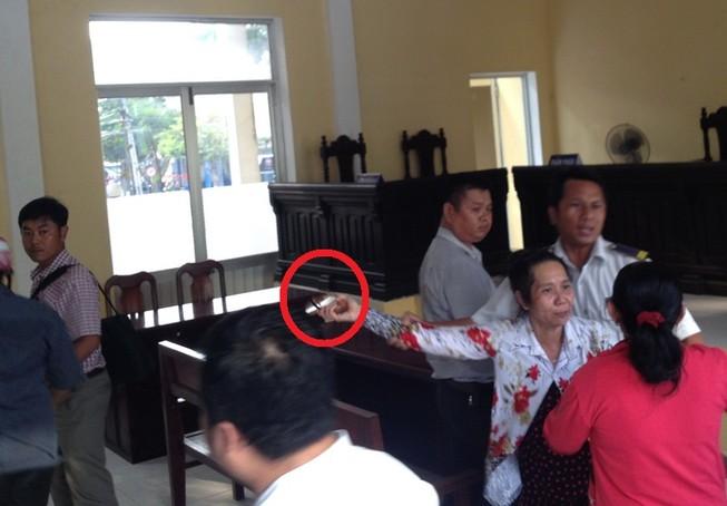 Lột guốc rượt đánh người bị kiện, chửi chủ tọa ngay tại tòa