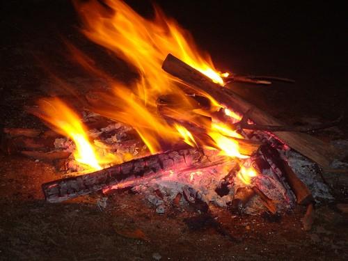 Tạm giữ kẻ ném con gái 6 tháng tuổi vào lửa