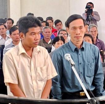 Hai bị cáo tại phiên xử đầu vào đầu năm 2015