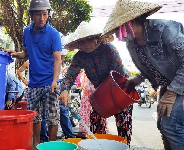 Huy động 10 sà lan chở nước cứu hạn cho Rạch Giá
