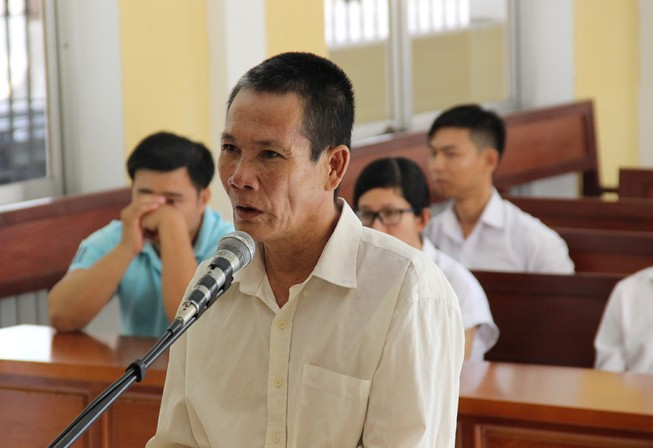 Chồng đâm chết vợ trước sân tòa, lãnh án 17 năm tù