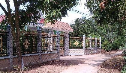 nhà ông TÌnh chỉ cái hàng rào cũng trị giá hàng chục triệu đồng
