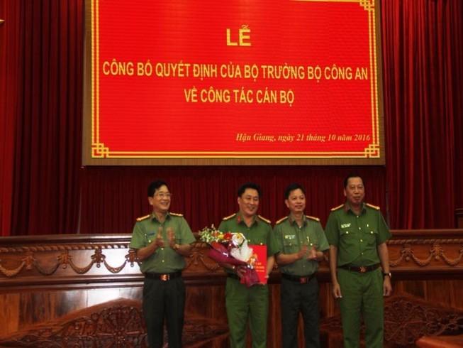 Các đồng chí trong Ban Giám đốc Công an tỉnh tặng hoa chúc mừng đồng chí Thượng tá Lâm Phước Nguyên (Người thứ 2 từ trái sang phải)- ảnh B.P