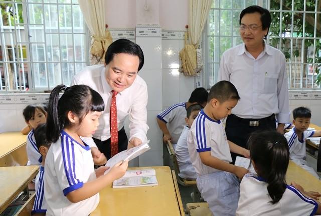 Bộ trưởng Phùng Quang Nhạ thăm lớp học Trường Tiểu học ở quận Ninh Kiều khi đến thăm và làm việc tại TP Cần Thơ trong các ngày 6 và 7/2
