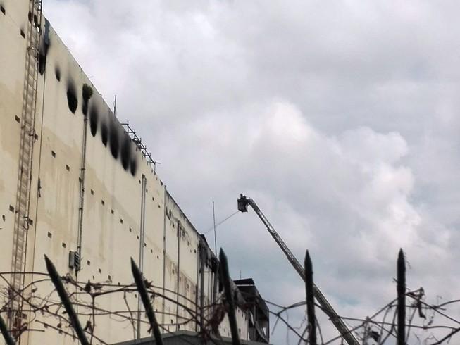 Cảnh sát vẫn phun nước vào đám cháy ở Cần Thơ