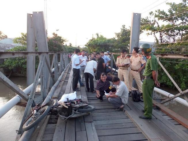 Qua cầu bị rơi sông, 1 người đàn ông mất tích