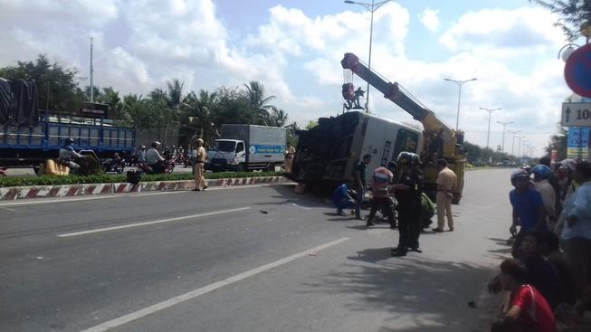 Tránh xe máy, xe buýt bị lật khiến  8 người thương vong