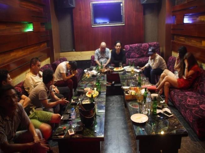 17 người  dự 'tiệc' ma túy, một người có thẻ phóng viên