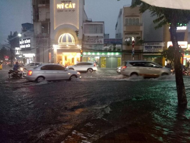 Mưa lớn, TP Cần Thơ gần như chìm trong nước