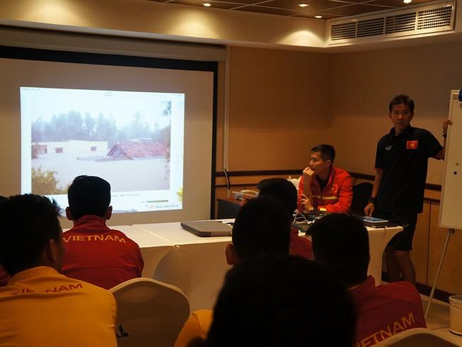 Cầu thủ U-19 Việt Nam hướng về miền Trung