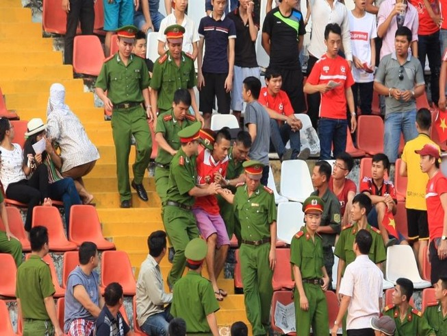 Xử phạt nặng hành vi phản cảm làm cho bóng đá xấu xí