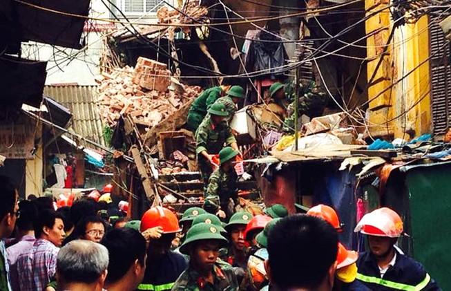 Biệt thự cổ HN sập: người dân lao vào lấy tài sản bất chấp nguy hiểm
