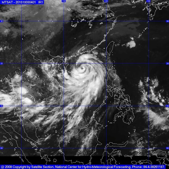 Bão số 4 giật cấp 13-14 trên biển Đông đang tiến vào đất liền