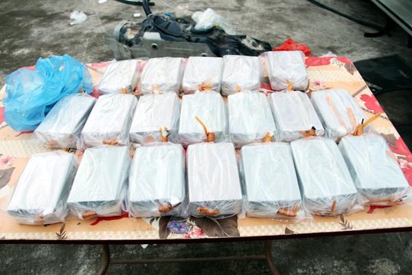 Bắt hai vợ chồng mang 78 bánh heroin vào Việt Nam tiêu thụ