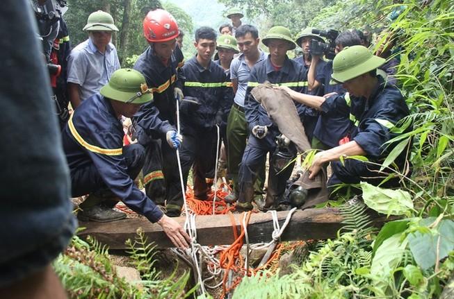 Bộ Quốc phòng vào cuộc giải cứu hai phu vàng dưới hang sâu