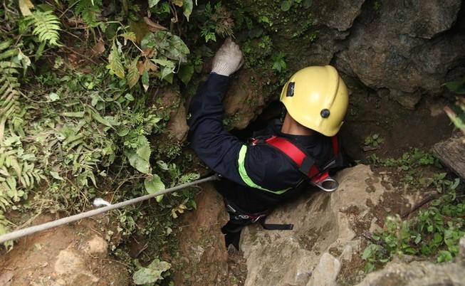 Đưa một phu vàng khỏi hầm sâu 400 m lên mặt đất