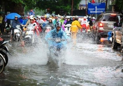 Bầu trời tối sầm và mưa như trút, phố Hà Nội lại thành sông