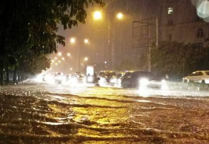 Trung tâm Hà Nội ngập trong biển nước sau cơn mưa kéo dài